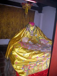 Tượng Mỵ Châu (cụt đầu) tại am thờ