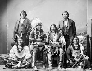 Phải qua trái:  Hươu Lớn, Trâu Đứng, Tù trưởng Ó Trắng, Gấu Đứng--Ponca 1877