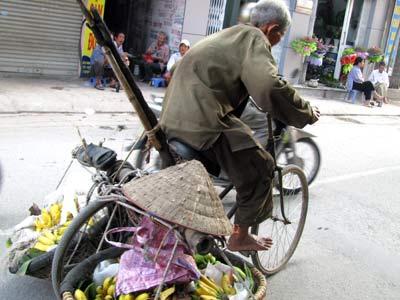 Cụ Khánh, Hà Tây, 80 tuổi còn đi bán chuối