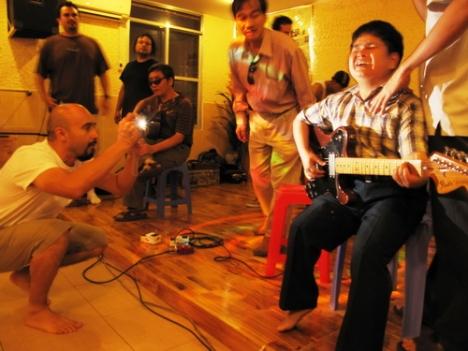 Y Byoc (khiếm thị) cuồng nhiệt cùng ban nhạc Mỹ Ozomatli