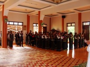 Nhiều Phật tử đi dự lễ chùa