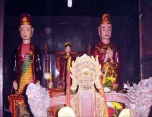 Cung cấm Đền Mây thờ 3 pho tượng: Phạm Bạch Hổ (bên phải), Phu nhân (bên trái) và Thánh mẫu (ở giữa)