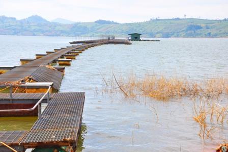 A. Bè nuôi cá tầm trên hồ thủy điện Buôn Tuôr Sra