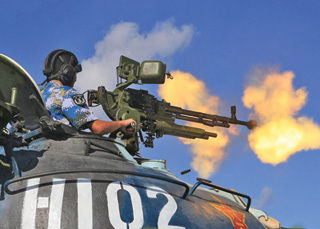 """Quân Trung Quốc đồn trú trái phép ở """"TP.Tam Sa"""" vừa tập trận bắn đạn thật - Ảnh: Nhân Dân nhật báo"""
