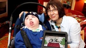 Cậu bé Adam Bojelian (trái, 12 tuổi) và mẹ mình - bà Zoe- Ảnh: Daily Mail