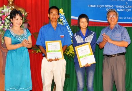 Anh Dương Thanh Tương Chủ tịch Hiệp hội Các Doanh nghiệp tỉnh cũng góp 5 triệu đồng mua sách ủng hộ Học bổng Đọt Chuối