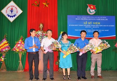 Bí thư Đoàn trường tặng hoa các nhà tài trợ học bổng