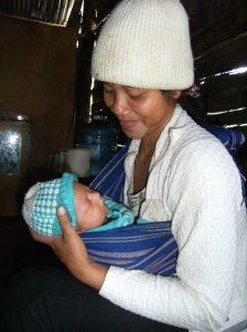 Mẹ Jang, địu bé ba tuần tuổi chuẩn bị lên rãy - Ảnh: Matta Xuân Lành