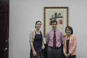 Từ phải: Ứng cử viên Đại sứ Du lịch Đỗ Hồng Thuận, Đại sứ Tây Ban Nha Fernando Curcio, Bí thư thứ nhất Laura Oroz Vlibarri