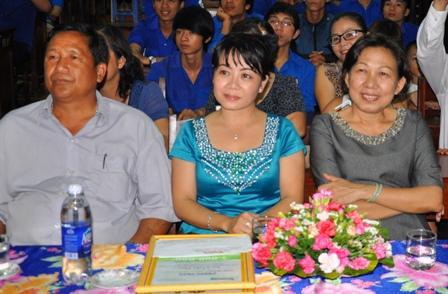 Khăm Phết Lào mua 120 bộ sách còn chị Lan in tặng giấy mời và mẫu chứng nhận học bổng Đọt Chuối