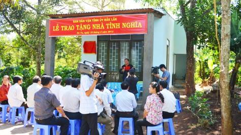 Ông Khăm Phết Lào phát biểu trong lễ tặng nhà