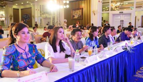 Nhà văn Chu Lai giữa các người đẹp trong Hội đồng chấm thi