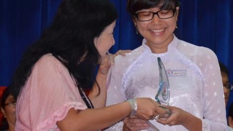 Niềm vui của một phụ huynh Trường THPT chuyên Tiền Giang khi trao món quà và nhận lại lá thư tri ân từ con gái