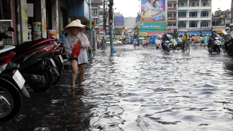 Mỗi lần mưa lớn, Tp HCM ngập nặng - Ảnh: Hữu Khoa
