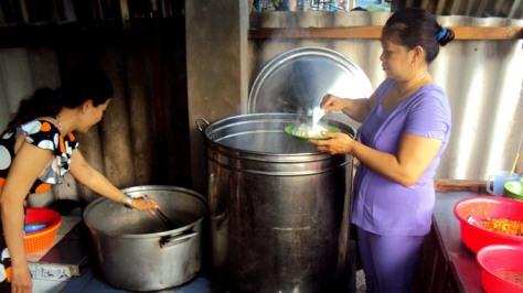 Bếp trưởng Dạ Thảo (trái) và bếp phó Mỹ Hạnh bên bếp lò đỏ lửa từ 3g sáng lo bữa cơm từ thiện cho thực khách lúc rạng đông - Ảnh: Tấn Đức