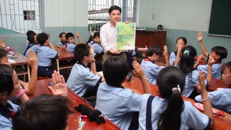 Thầy Trần Tuấn Anh trong một tiết dạy môn giáo dục công dân cho học sinh lớp 6/1 - Ảnh: Như Hùng