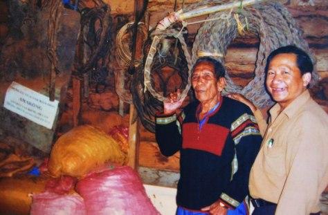 Ama Kông dặn dò Khăm Phết gìn giữ bộ đồ nghề bắt voi