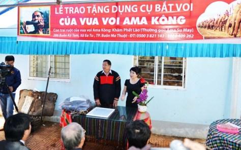 Đại diện báo Tiền Phong giúp Khăm Phết Lào giải thích về ý nghĩa bộ đồ nghề bắt voi trong lễ trao tặng