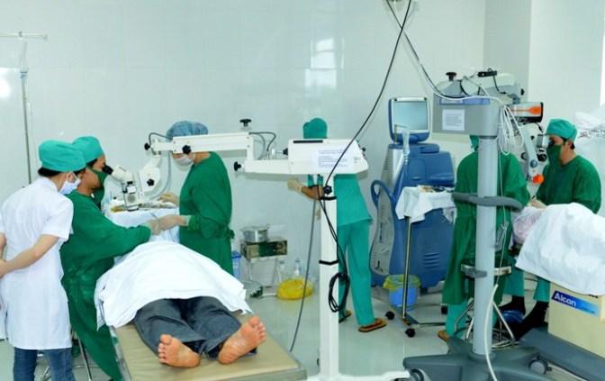 2 bác sĩ lãnh đạo đồng thời là phẫu thuật viên chính mổ suốt 2 ngày cuối tuần_2