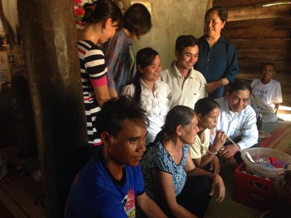 2 gia đình - chú rể Kiệt là người sát chị Lành, kế đến là cô dâu Thoan, chị H'Hằng và chị ALinh đang đi vào. Người ngồi dưới chị Lành là bố chú rể, tiếp theo là mẹ cô dâu, mẹ chú rể và ông mai.