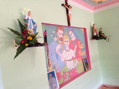 Bàn thờ Đức Mẹ, Chúa Giê Su, Thánh Giuse và tranh Thánh Gia vẽ trên tường ạ