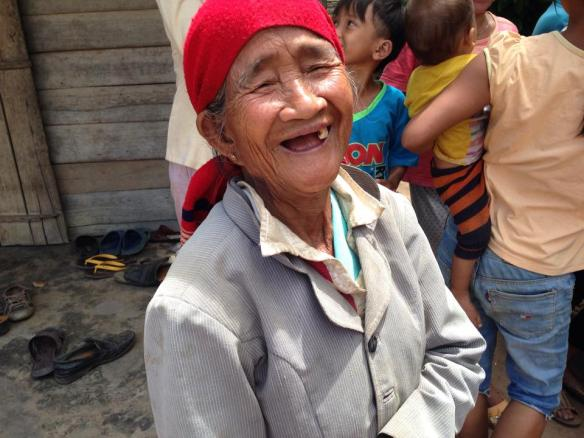 Đây là bà nội cô dâu. Em hỏi bà bao nhiêu tuổi, bà cũng không rõ ạ