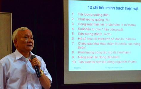 Diễn giả trình bày về EITI