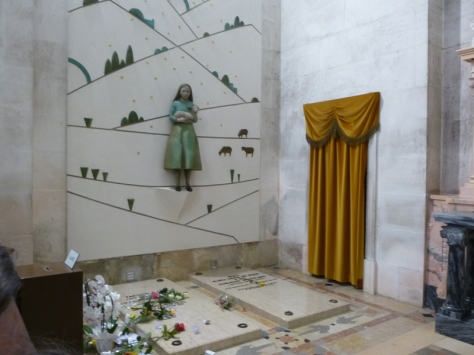 Mộ của Nữ tu Lucia sau này thành nữ tu, Jacinta và Francisco ở trong nhà thờ nhỏ