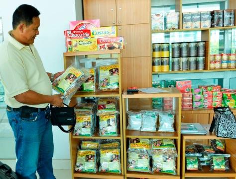 Chủ thương hiệu Ama Kông xem hàng Ama Kong dỏm bán ở sân bay BMT