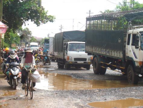 Lưu thông hỗn độn trên một đoạn quốc lộ 14 qua Đắk Lắk