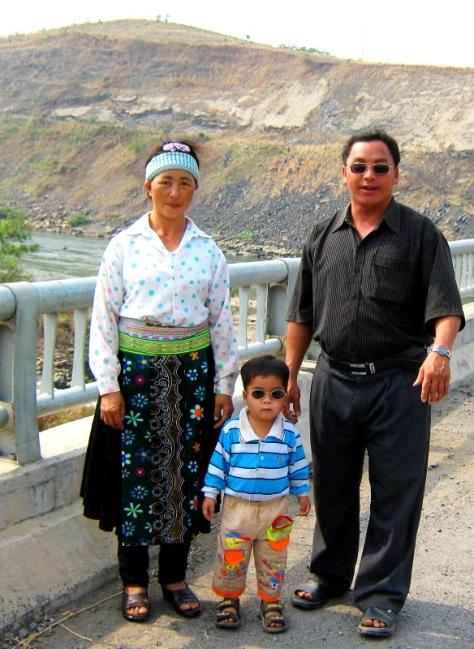 Vợ chồng ông Ngài và con út ảnh chụp năm 2011