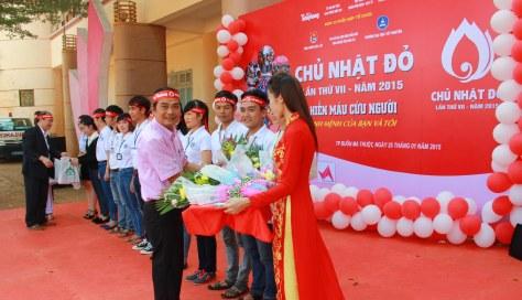BTC tặng 12 phần thưởng cho các sinh viên xuất sắc trong phong trào hiến máu tình nguyện '