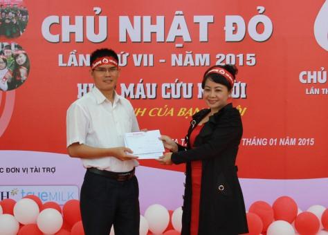 Đại diện báo Tiền Phong trao 15 triệu đồng hỗ trợ hoạt động cho Đoàn trường và CLB Hiến máu tình nguyện trường ĐHTN
