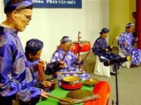 Với máy trợ thính, nghệ nhân Tám Nhứt (bìa trái) biểu diễn cùng dàn nhạc lễ trong tiết mục Đánh nghinh - Ảnh: H. SƠN