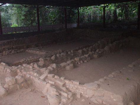 Một hố khai quật khảo cổ trong khu di tích Nam Linh Sơn, nằm cách chùa Linh Sơn (Ba Thê) 60m.