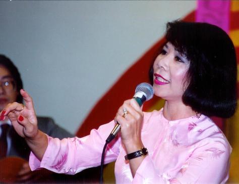 Nghệ sĩ Linh Phượng trong tiết mục trình diễn Lý Con Sam.