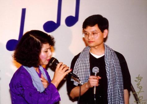 Nghệ sĩ Linh Phượng và nghệ sĩ Xuân Thưởng trong tiết mục trình diễn Hò Đối.