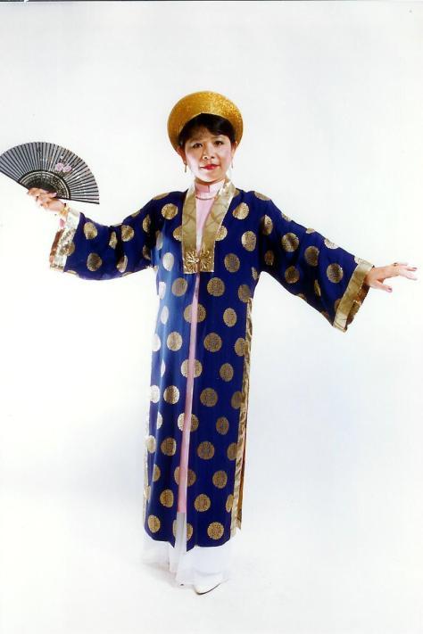 Nghệ sĩ Linh Phượng trong tiết mục trình diễn Lý Chiều Chiều.