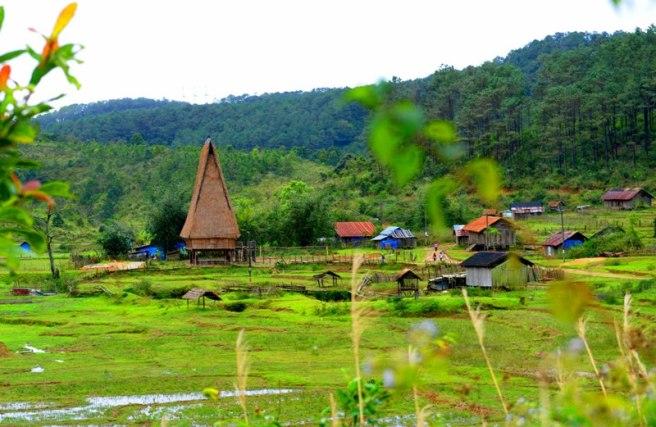 Nhà Rông giữa làng Kon Hring