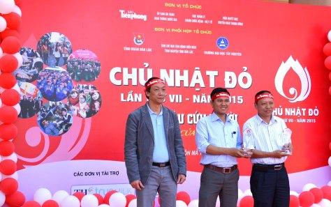 Thạc sĩ Bạch Quốc Khánh Viện phó Viện HH&TMTU trao Kỷ niệm chương Chủ Nhật Đỏ cho Ban Chỉ đạo vận động HMTN tỉnh và Đoàn trường ĐHTN