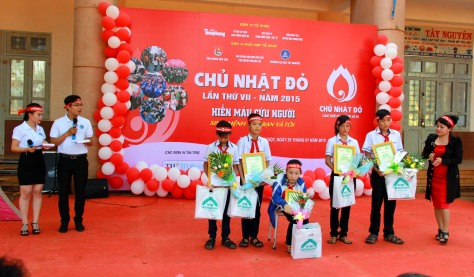 Trưởng Ban Tổ chức chương trình Chữ Nhật Đỏ tại Đắk Lắk trao 5 suất học bổng Đọt Chuối Non