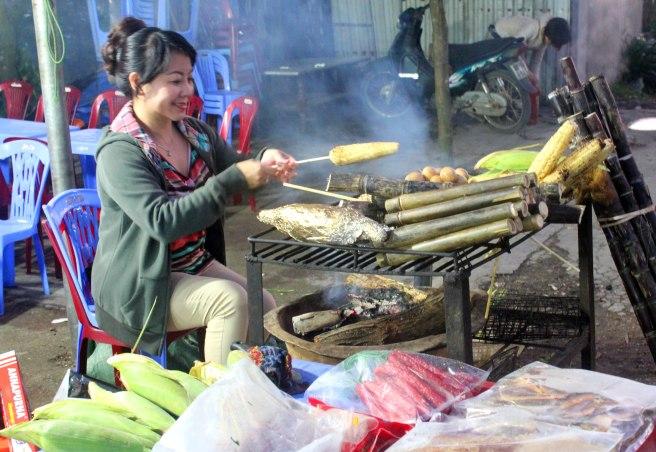 Nướng ngô giúp chủ quầy chợ đêm Tam Đảo