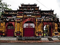 Tam quan Trai cung thuộc khuôn viên đàn Nam Giao triều Nguyễn hiện nay
