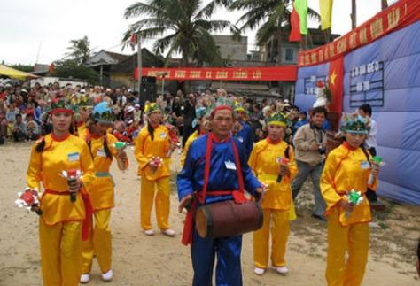 Hát sắc bùa trong lễ ra quân nghề cá Sa Huỳnh. ảnh: Phạm Danh