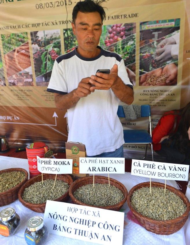 Anh Khanh liên tục trả lời điện thoại hỏi về cà phê Moka vàng