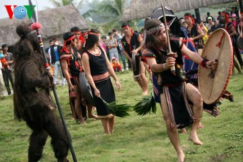 Lễ cầu an của đồng bào dân tộc Ba Na, tỉnh Kon Tum thu hút sự quan tâm của đông đảo du khách thập phương.