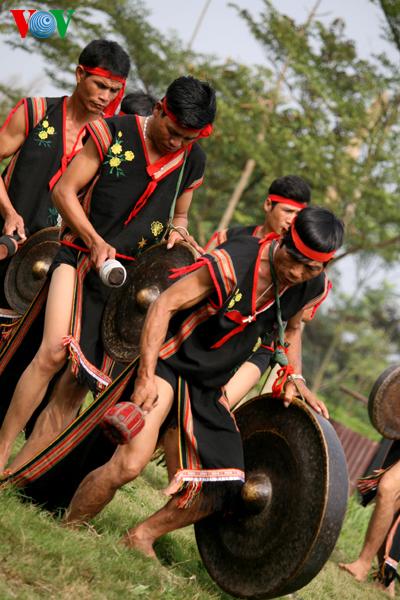 bana20_Đuổi được một đoàn, tiếng cồng chiêng dồn dập nổi lên, già làng cùng toàn thể dân làng nhảy múa cùng nhịp chiêng trống.