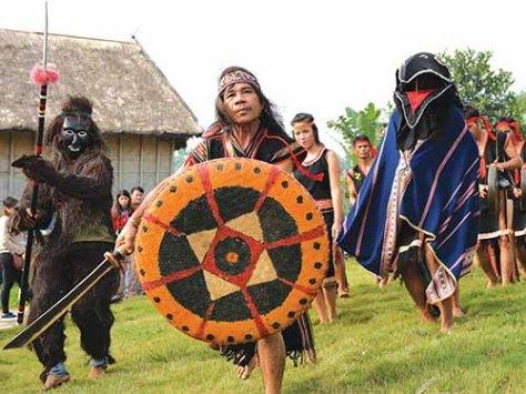A Thút (đi đầu, cầm khiên và đao) trong lễ hội truyền thống của dân tộc Ba Na được tổ chức tại Làng Văn hoá – Du lịch các dân tộc Việt Nam (21 - 23/11/2014). (ảnh Minh Tiến)