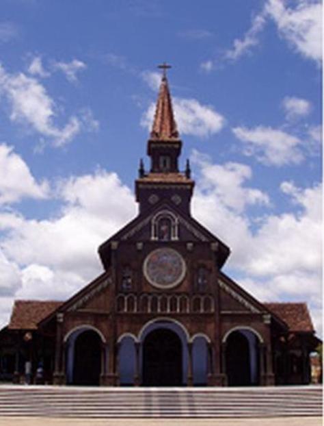 Nhà thờ gỗ Kon Tum do một linh mục người Pháp khởi công xây dựng năm 1913, hoàn thành năm 1918.