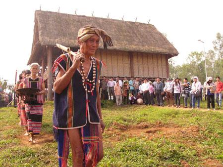 Đồng bào người Brâu vừa làm lễ để đón mừng ngôi nhà Rông mới được dựng lên (ảnh danviet)